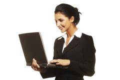 Mujer joven que usa la computadora portátil en el fondo blanco imágenes de archivo libres de regalías