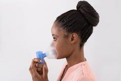 Mujer joven que usa la máscara de oxígeno imagen de archivo