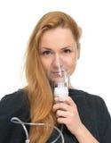Mujer joven que usa la máscara del nebulizador para el asma respiratorio del inhalador Fotografía de archivo libre de regalías