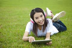 Mujer joven que usa la PC de la tablilla Foto de archivo libre de regalías