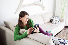 Mujer joven que usa la tableta Imágenes de archivo libres de regalías