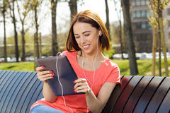 Mujer joven que usa la tableta Imagenes de archivo