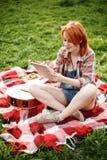 Mujer joven que usa la tableta al aire libre Foto de archivo libre de regalías