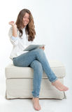 Mujer joven que usa la tableta digital Fotografía de archivo libre de regalías