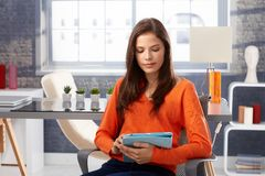 Mujer joven que usa la tablilla Fotos de archivo