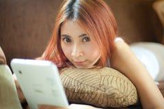 Mujer joven que usa la tablilla Imagen de archivo libre de regalías