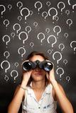 Mujer joven que usa los prismáticos Imagenes de archivo