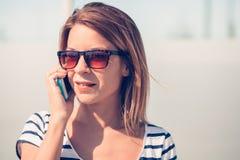 Mujer joven que usa smartphone Fotos de archivo libres de regalías