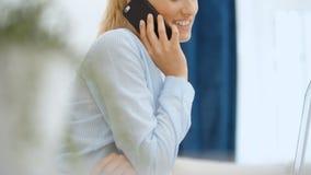 Mujer joven que usa smartphone en casa metrajes