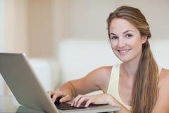Mujer joven que usa un cuaderno Imagen de archivo libre de regalías