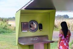 Mujer joven que usa un lavabo en Oahu, Hawaii foto de archivo libre de regalías
