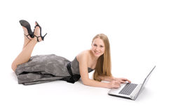 Mujer joven que usa un ordenador portátil Fotografía de archivo libre de regalías