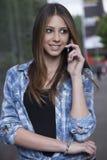 Mujer joven que usa un smartphone Imagenes de archivo