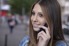 Mujer joven que usa un smartphone Fotos de archivo libres de regalías