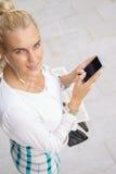 Mujer joven que usa un smartphone Foto de archivo