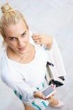 Mujer joven que usa un smartphone Imagen de archivo libre de regalías