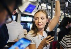 Mujer joven que usa un smartphone en el subterráneo Fotos de archivo
