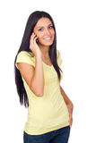 Mujer joven que usa un teléfono celular Imagenes de archivo