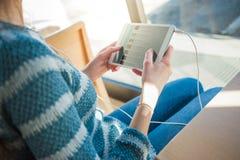 Mujer joven que usa una tableta digital Fotos de archivo libres de regalías