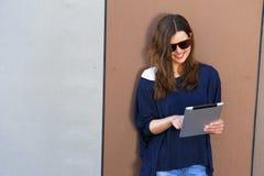 Mujer joven que usa una tableta digital Fotografía de archivo libre de regalías