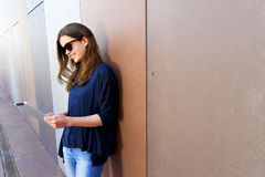 Mujer joven que usa una tableta digital Fotos de archivo
