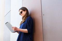 Mujer joven que usa una tableta digital Foto de archivo libre de regalías