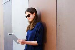Mujer joven que usa una tableta digital Imagen de archivo