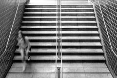 Mujer joven que va abajo de las escaleras del subterráneo Fotografía de archivo