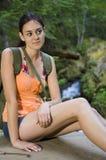 Mujer joven que va de excursión en verano Imagenes de archivo