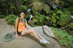 Mujer joven que va de excursión en verano Imagen de archivo libre de regalías