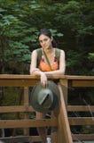 Mujer joven que va de excursión en verano Imagen de archivo