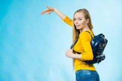 Mujer joven que va a la escuela Imagen de archivo