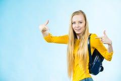 Mujer joven que va a la escuela Imagen de archivo libre de regalías