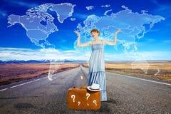 Mujer joven que viaja en el camino con la maleta Foto de archivo libre de regalías