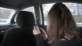 Mujer joven que viaja en el coche metrajes