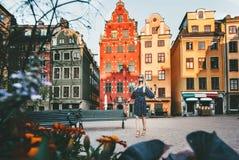 Mujer joven que viaja en Estocolmo fotografía de archivo libre de regalías