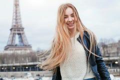 Mujer joven que viaja en París cerca de torre Eiffel Foto de archivo libre de regalías