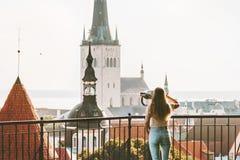 Mujer joven que viaja en vacaciones de la ciudad de Tallinn en Estonia foto de archivo libre de regalías