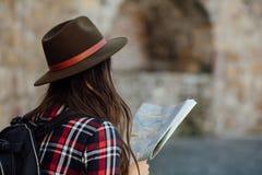 Mujer joven que viaja solamente foto de archivo