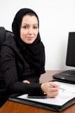 Mujer joven árabe tradicional en la oficina Fotos de archivo