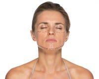 Mujer joven relajada con las marcas de la cirugía plástica fotos de archivo libres de regalías