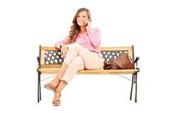 Mujer joven relajada que habla en el teléfono Imagen de archivo libre de regalías