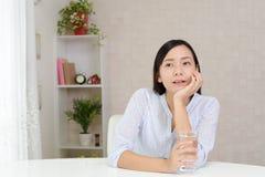 Mujer joven Relaxed foto de archivo libre de regalías