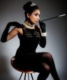 Mujer joven retra con estilo con el cigarrillo Fotos de archivo libres de regalías