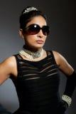 Mujer joven retra con estilo con las gafas de sol Foto de archivo libre de regalías