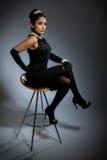 Mujer joven retra con estilo en alineada negra Imagen de archivo