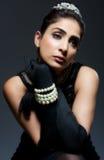 Mujer joven retra con estilo en alineada negra Imagen de archivo libre de regalías