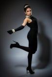 Mujer joven retra con estilo en alineada negra Fotos de archivo