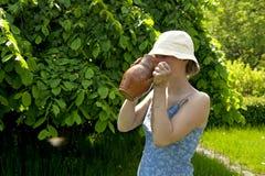 Mujer joven romántica hermosa que bebe en el spr Imagen de archivo libre de regalías