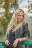 Mujer joven rubia atractiva en un parque Imágenes de archivo libres de regalías